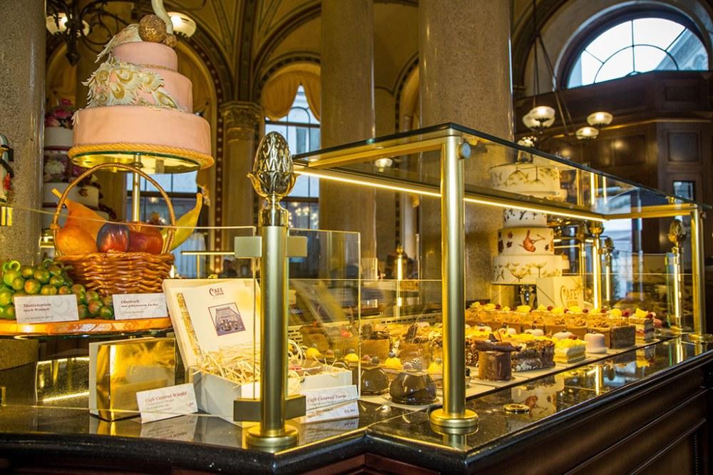 cafe_central_einblicke_tortenvitrine_mehlspeisen